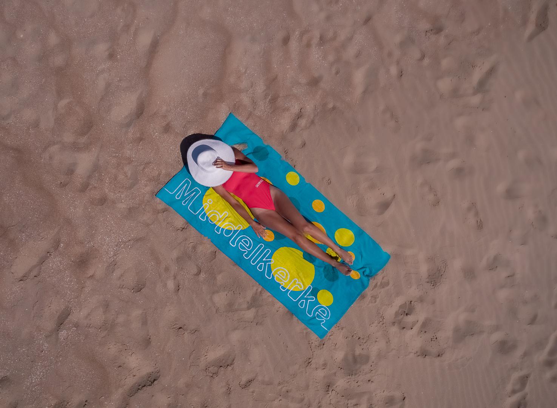 Gemeente Middelkerke strand handdoek zomer zomerhoed chill droneshot zand luchtfoto