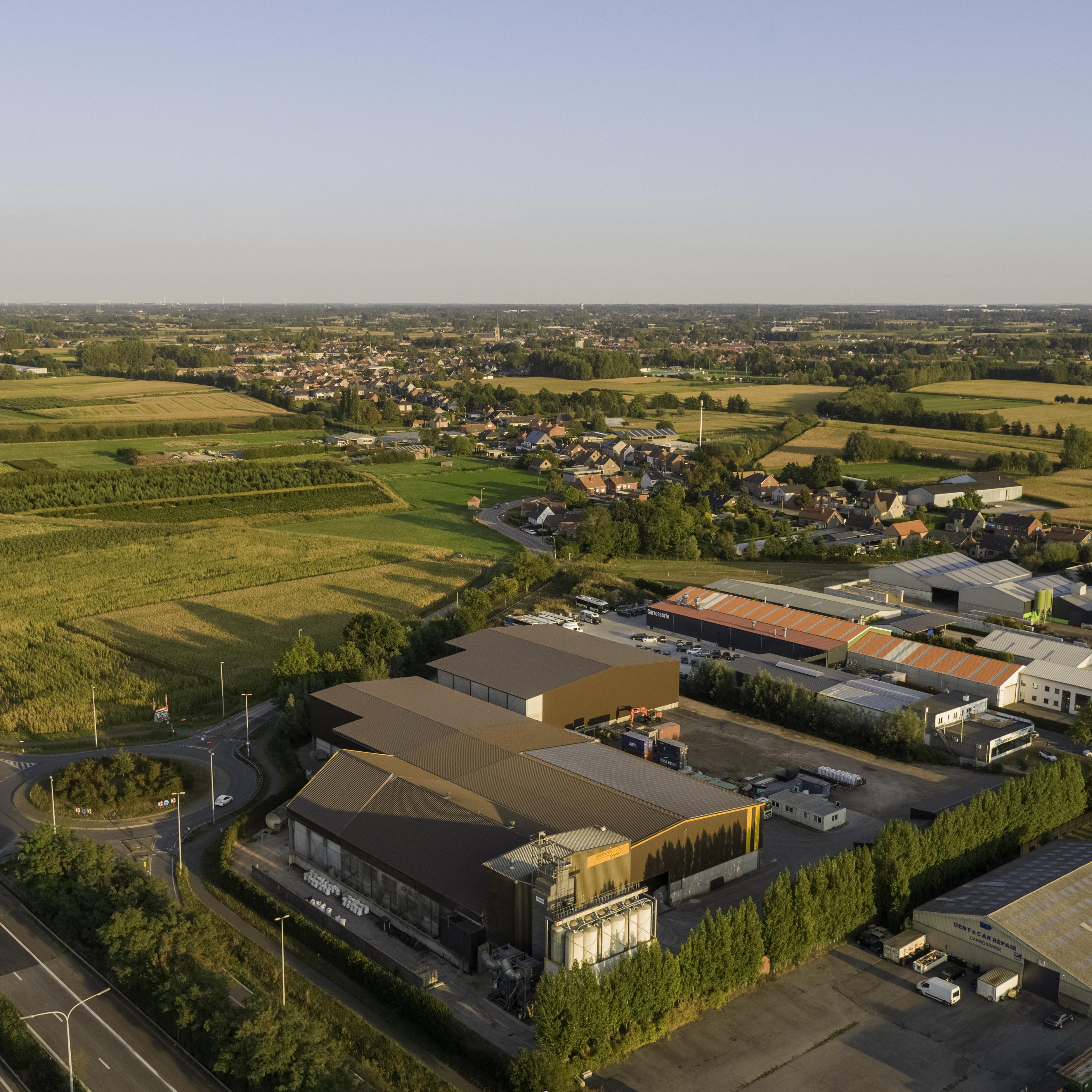 Luchtfoto onderneming bedrijf Lambers-Seghers veevoeder dronefoto