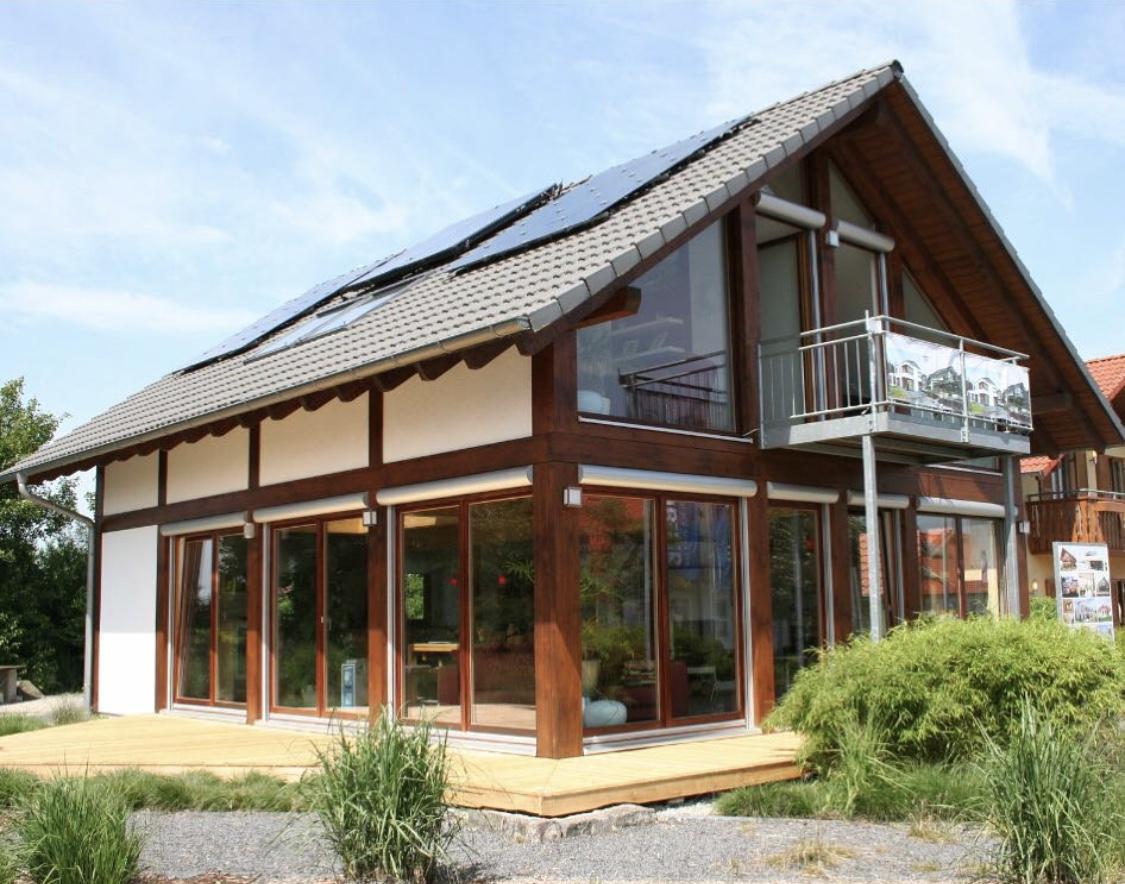 Modernes Fachwerkhaus mit braunen Balken