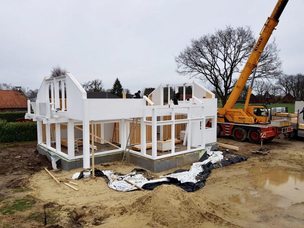 modernes fachwerkhaus in weiß in hartenfels im aufbau mit kran
