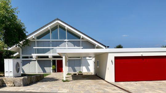 modernes Fachwerkhaus in weiß