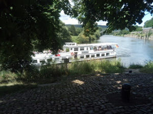 Ausflugsschiff am Weserstein in Hann. Münden. Am Weserradweg