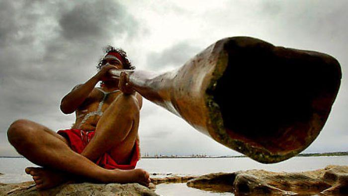 Didgeridoo gebruikt door een Aboriginal om met geluid te waarschuwen