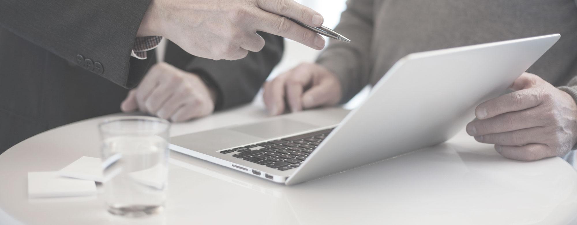 besprechung stehen am laptop