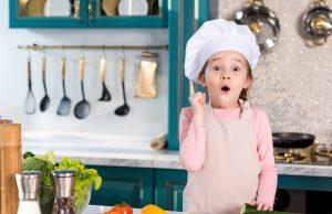 Barn i køkkenet
