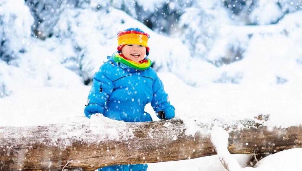Barn med varmt tøj på