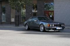 BMW:n står ensam påg gatan med en solkatt som glimtar över motorhuven.