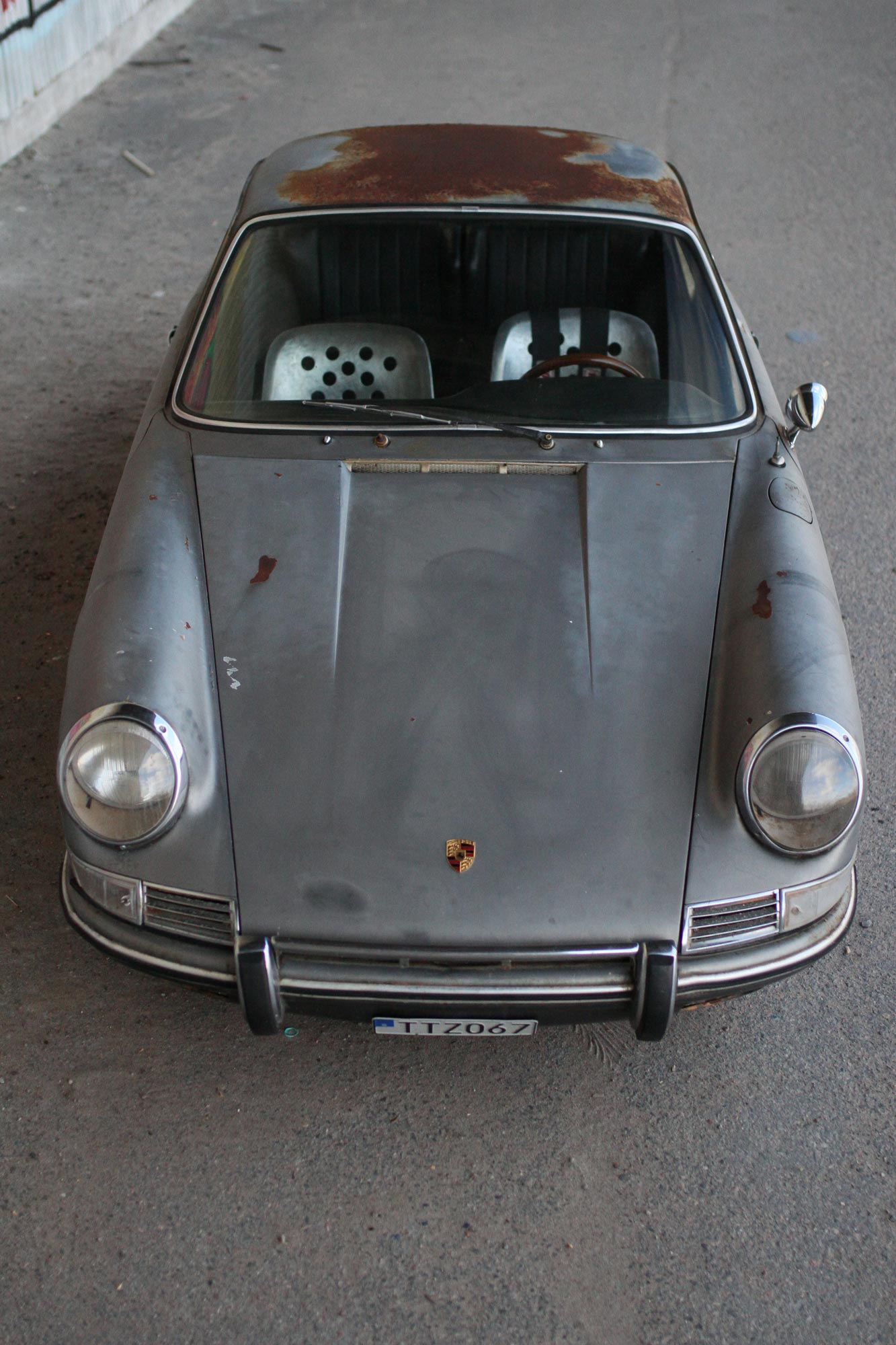 The patina Porsche 912 front, grey with rusty spots and a rusty roof