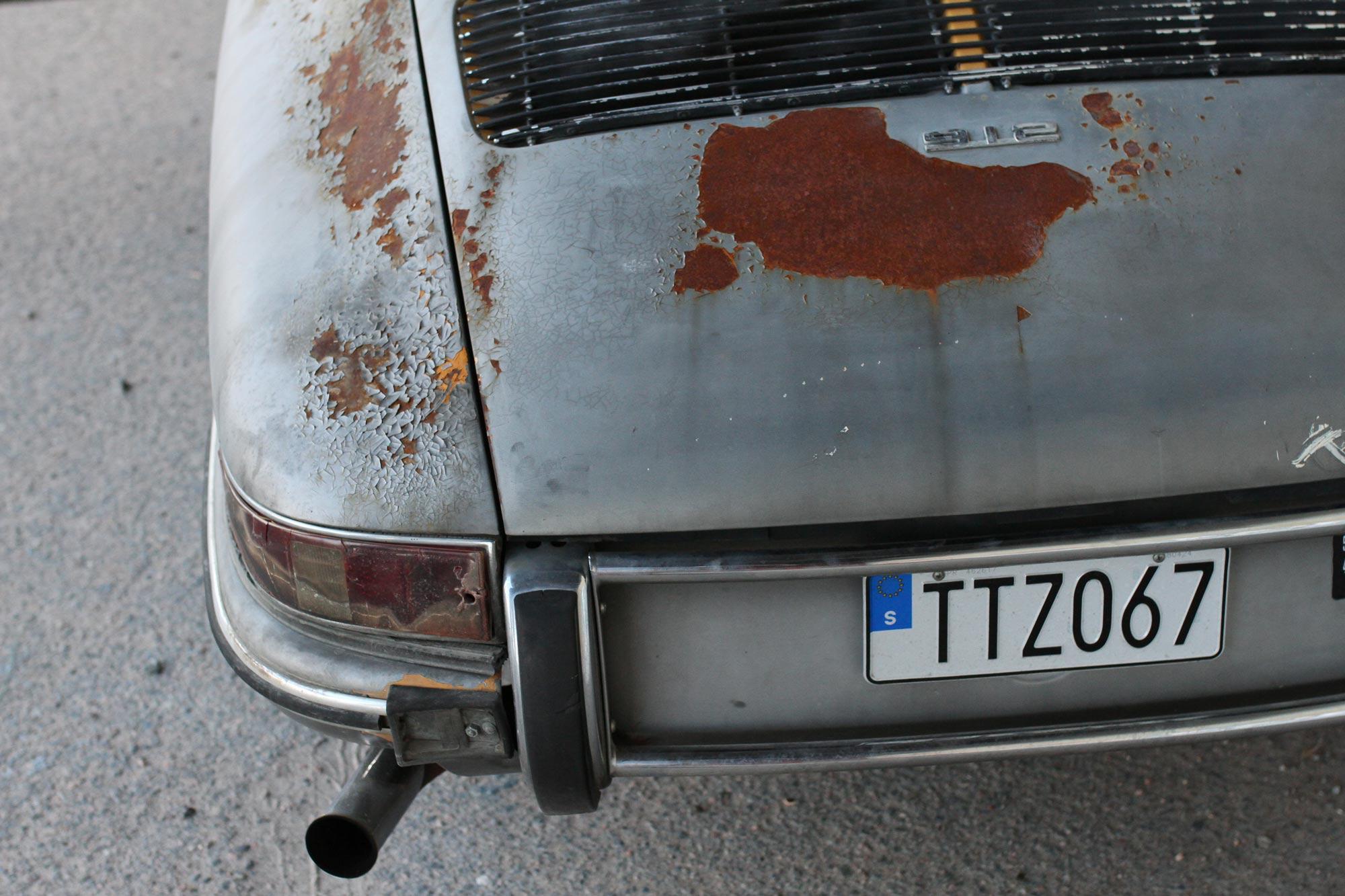 Vänster bak rostiga bakskärm med brandskadad Porsche 912