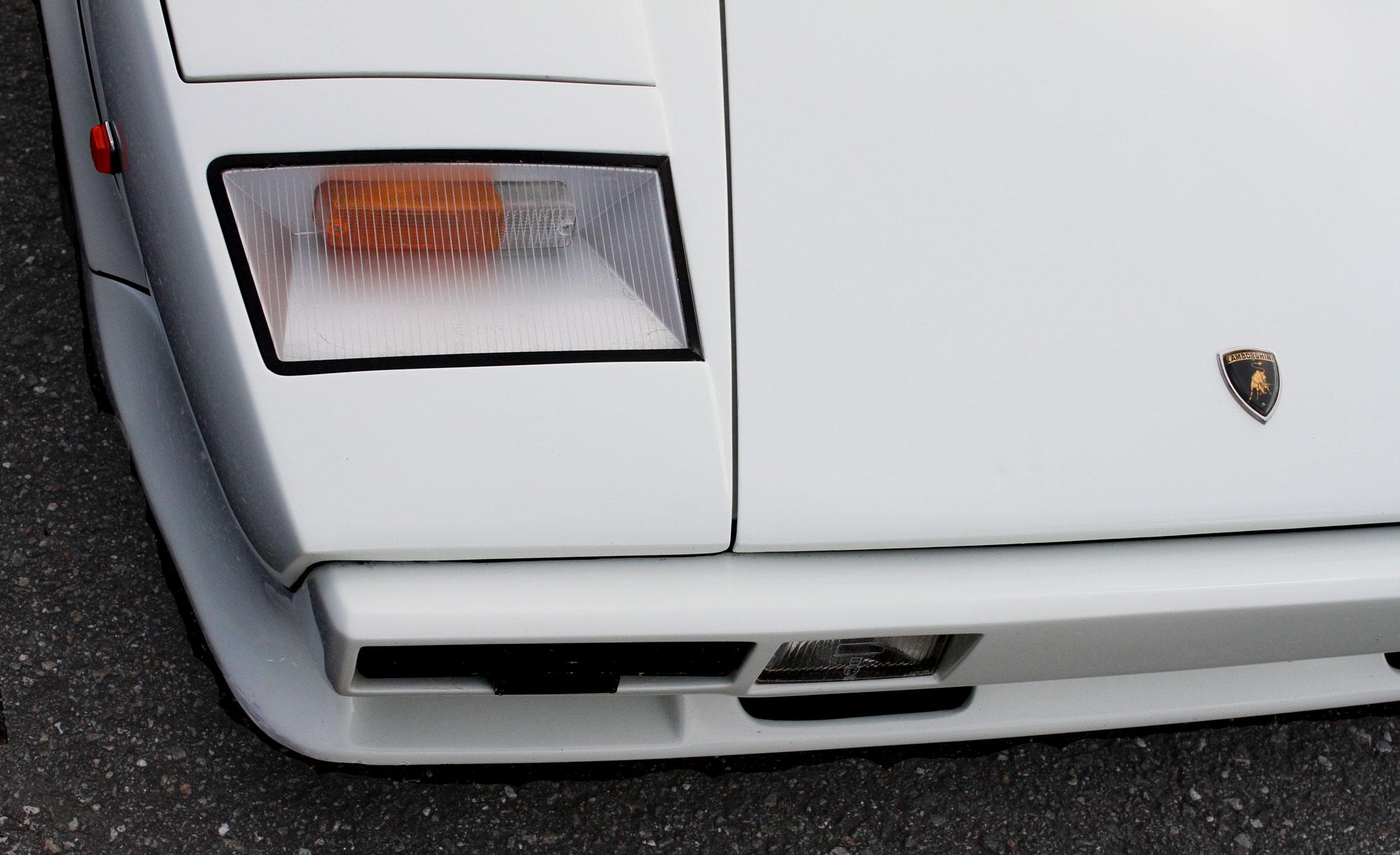 Vit Lamborghini Countach höger framlampa med Lambo emblemet på bagage luckan