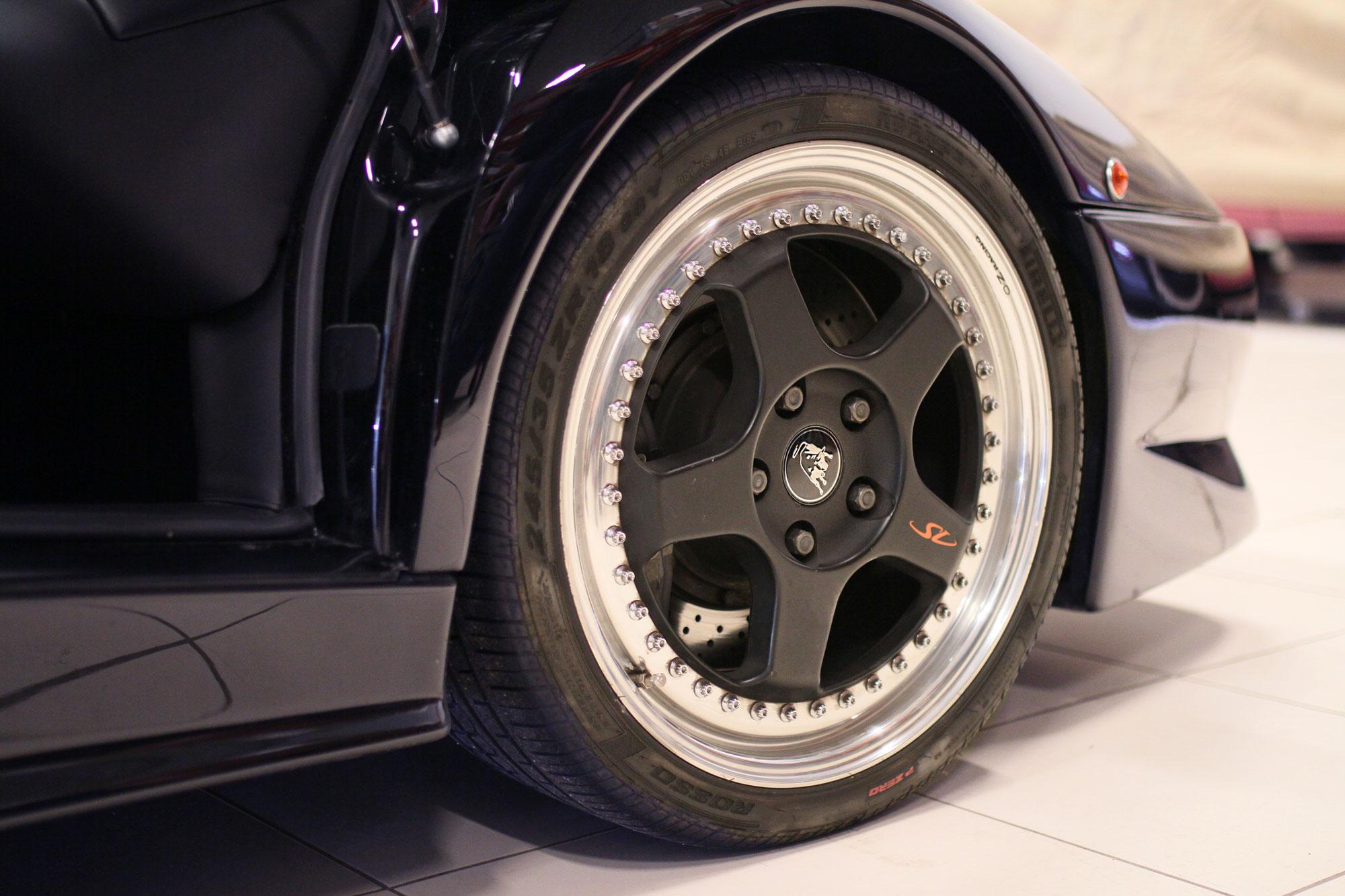 Svart Lamborghini Diablo SV med fantastiska silver fälgar och Lambo Oxen i mitten