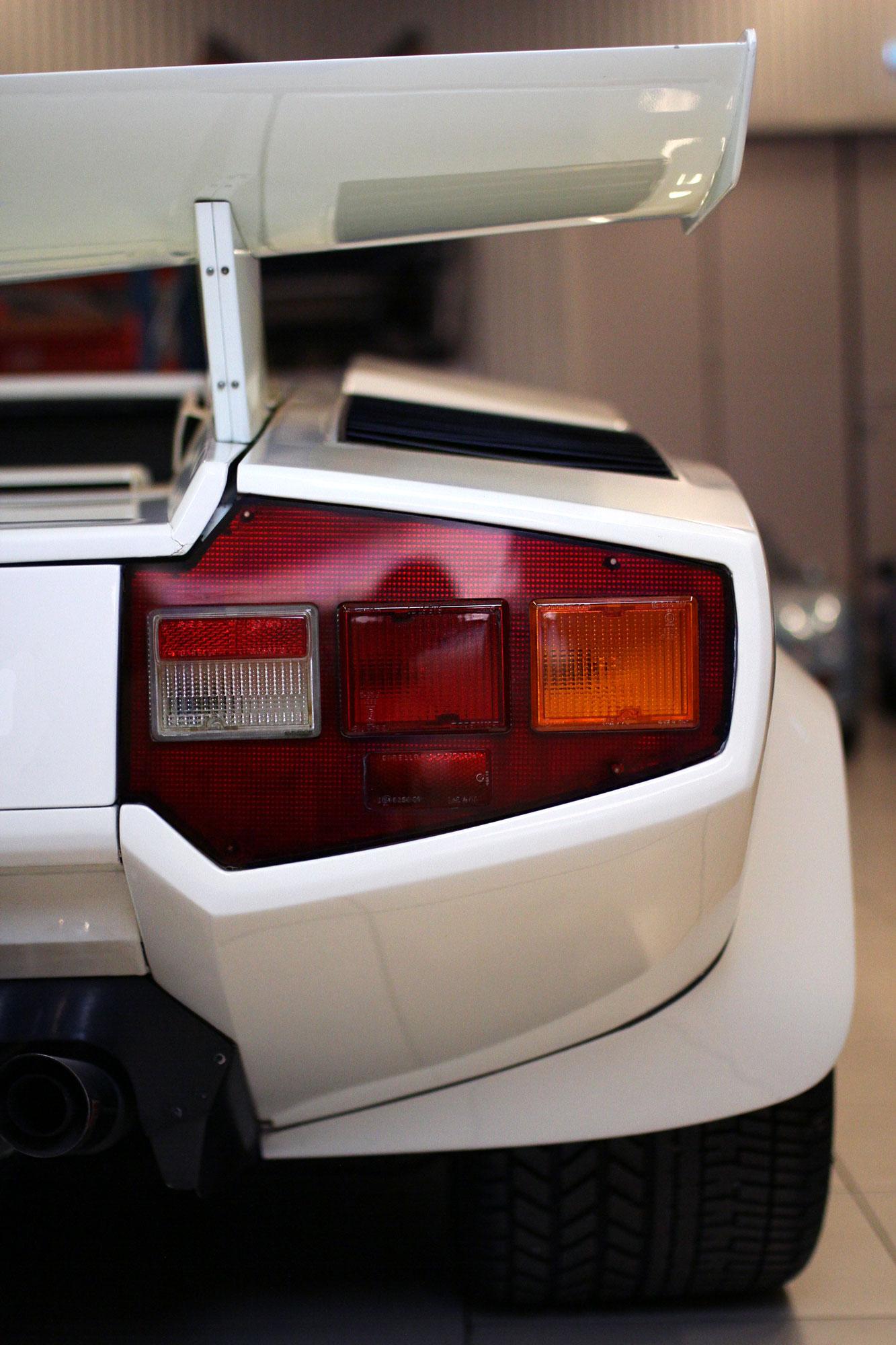 Lamborghini Countach vit höger bakljus med stor grym vinge