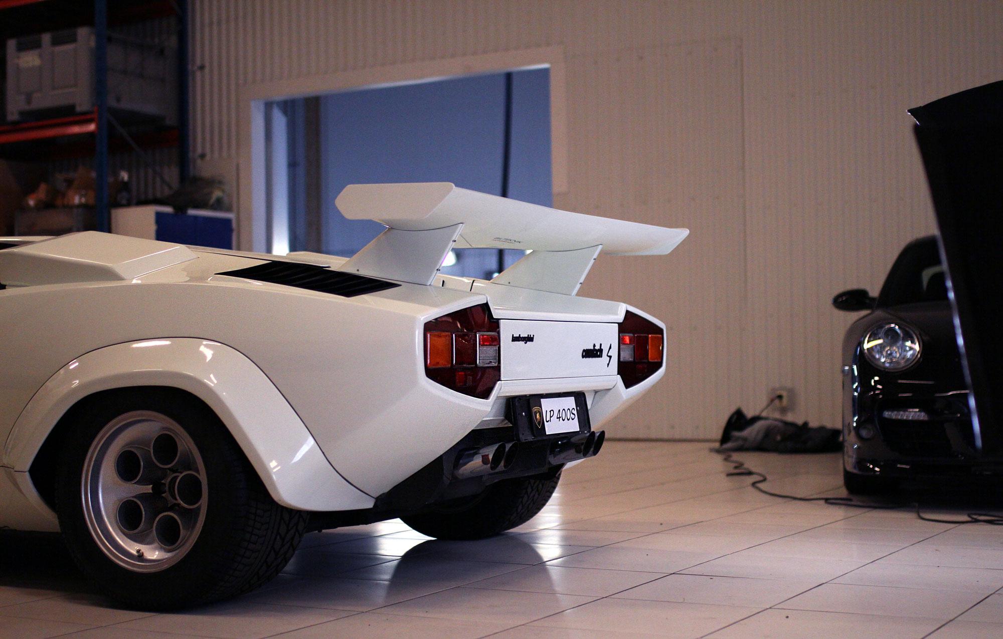 Lamborghini Countach LP 400s ståendes i spotlighten under en fotografering i garaget