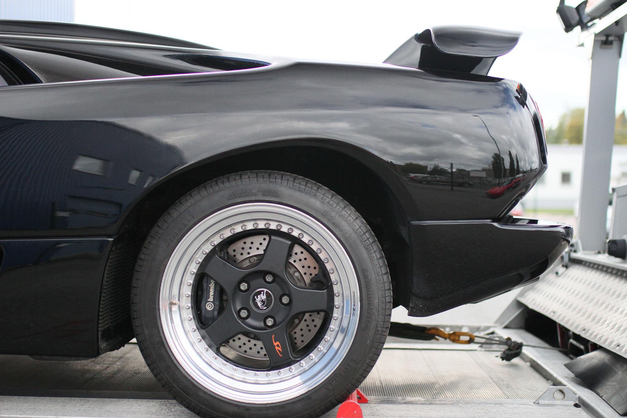 Lamborghini Diablo Djävuls svart ståendes på en trailer för att köra bort till ett annat garage