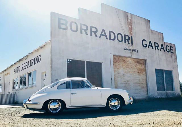 Elfenbensvit Porsche 356 utanför Borradori Garage