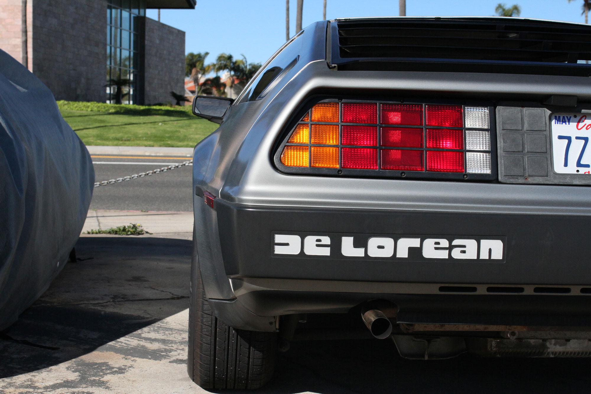 DeLorean 1981 bakifrån vid Highway One i Los Angeles Rodendo beach