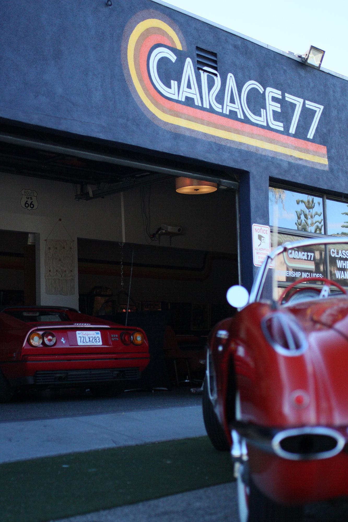 Corvette c1 och Ferrari 328 gtsi, båda skinande röda vid Garage 77