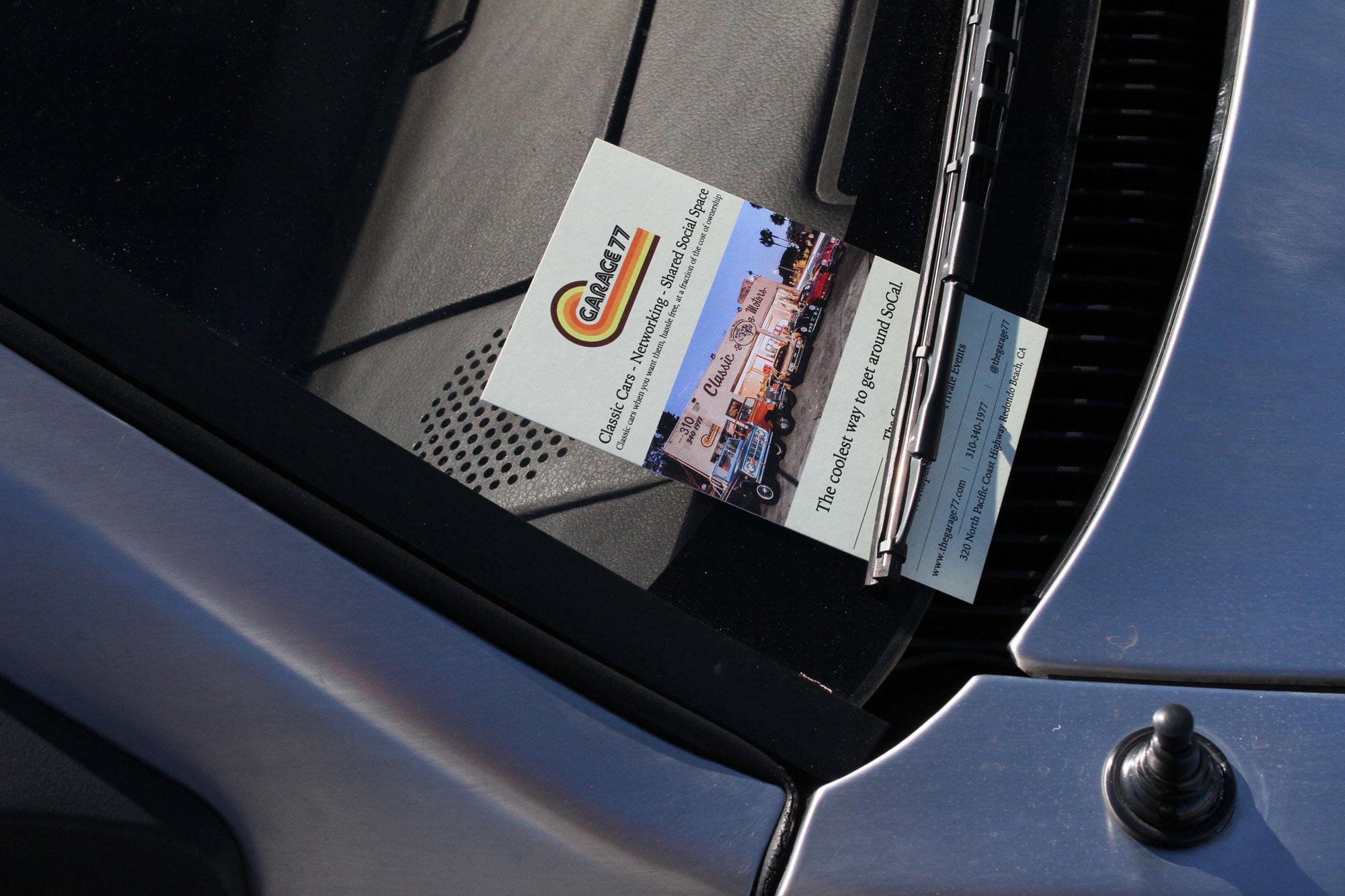 DeLorean med en av Garage 77´s sticker som ligger på vindrutan