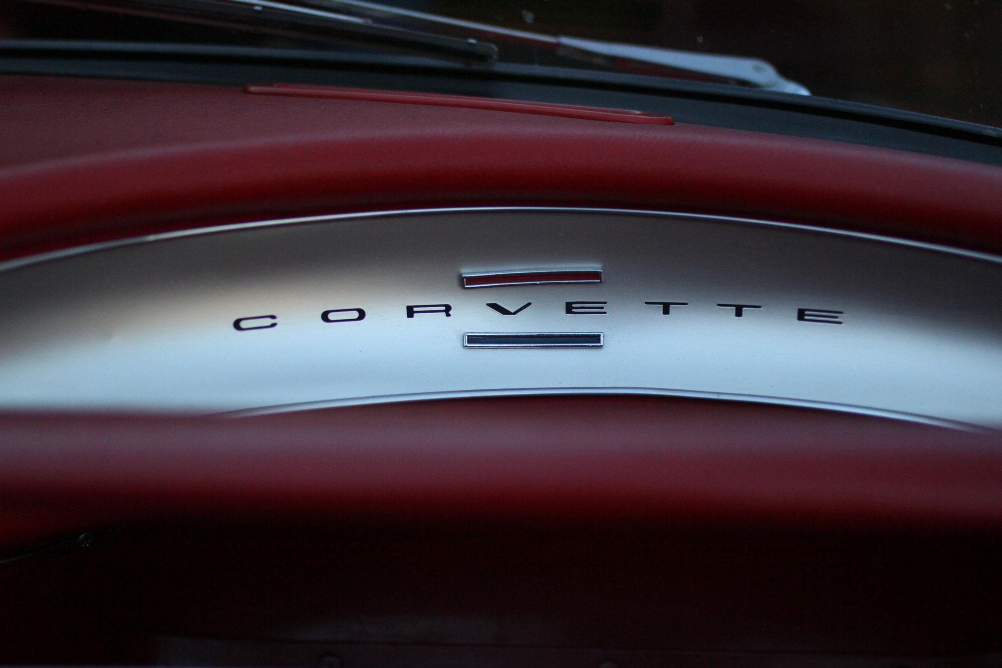 Corvette C1 inredning med corvette fonten och de klassiska röda och blåa färgerna