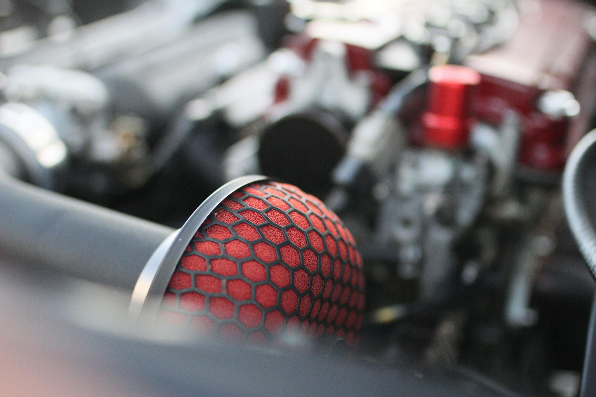 Luftfilter i rött som sitter på sidan av Integra motorn.