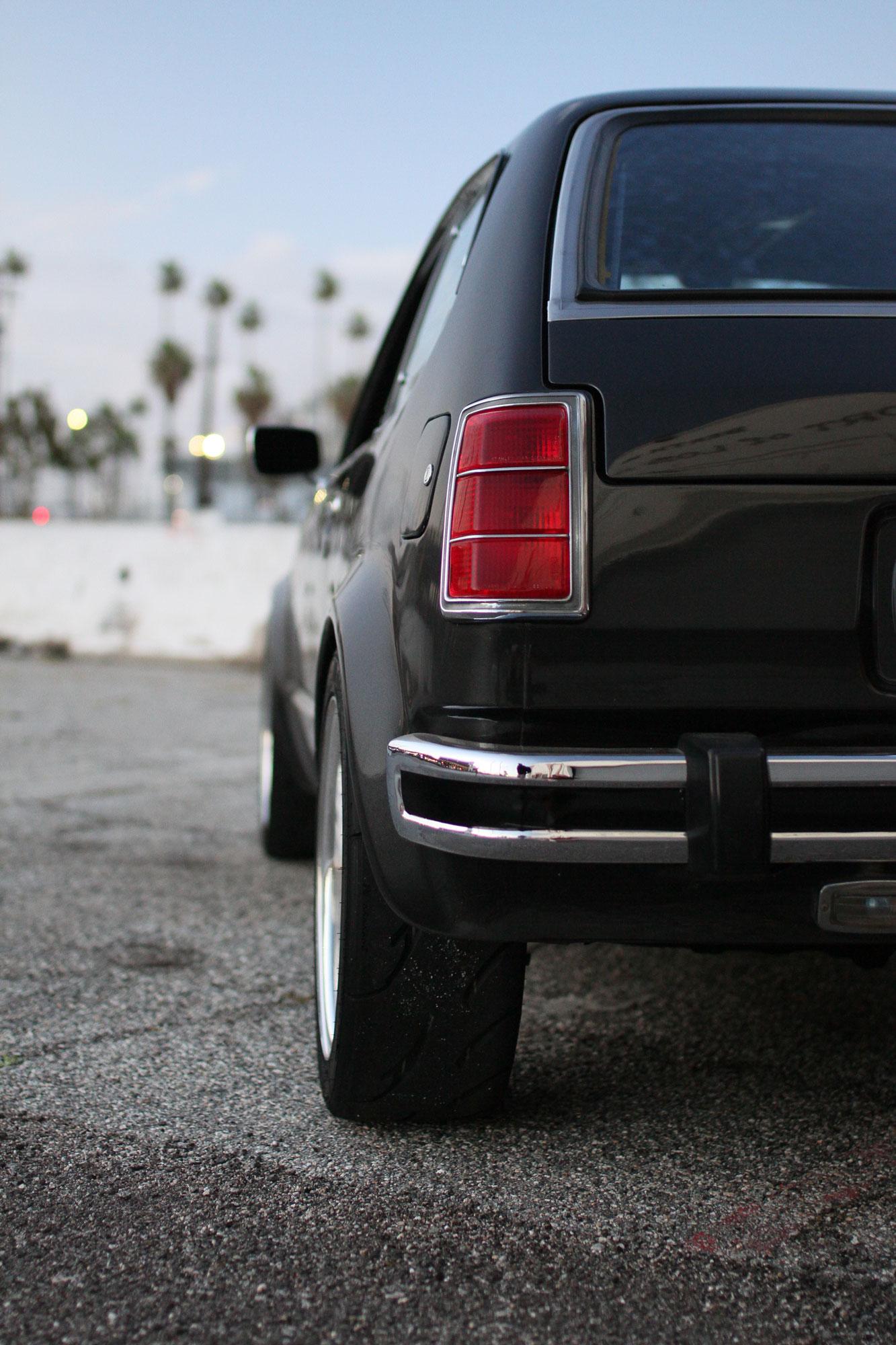 Honda Civic Cvcc bakifrån på vänster sida.