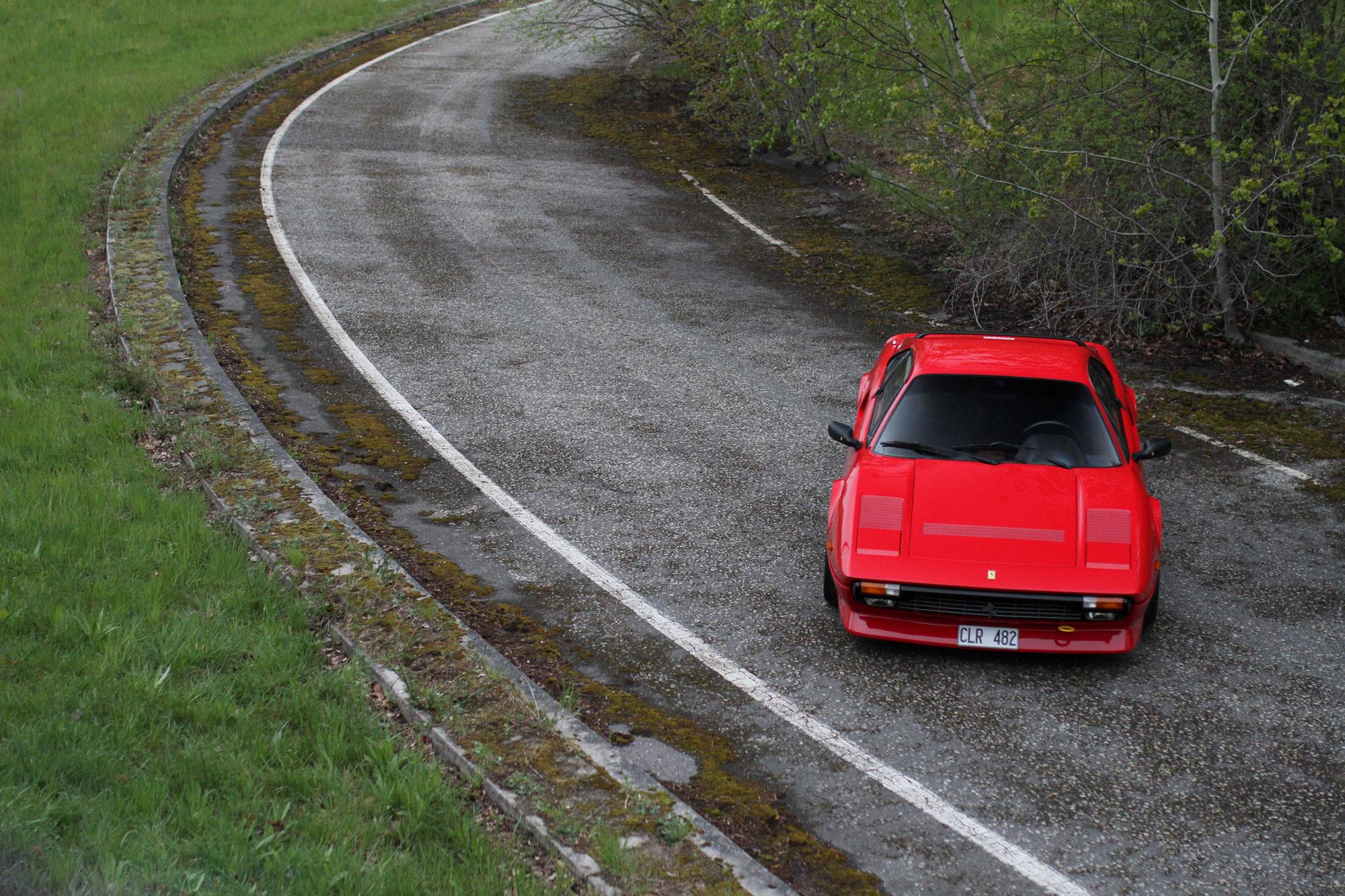 övergivna avfarten från en höjd med Ferrari som en färgklick mitt i det gråa