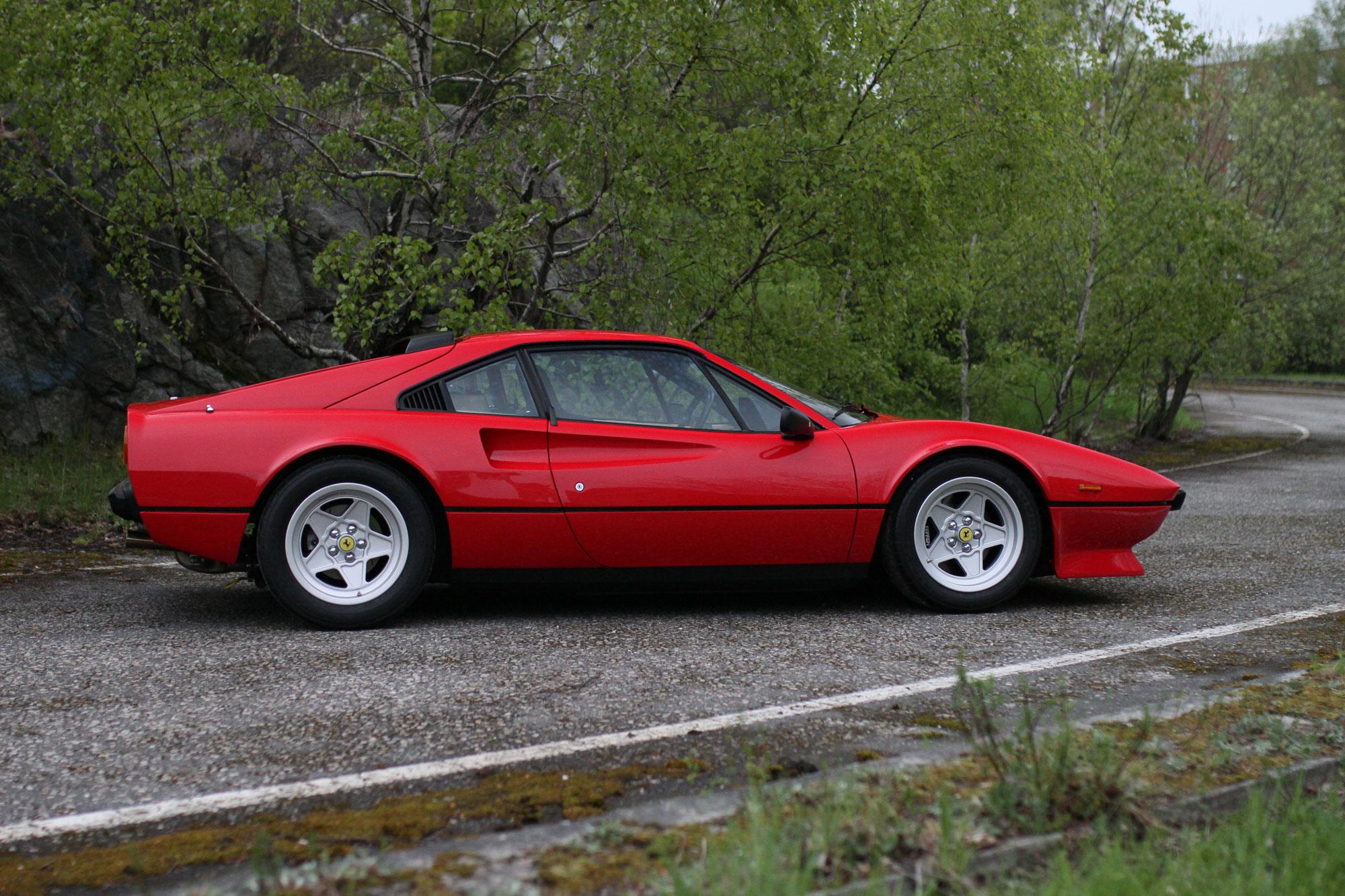 Ferrari i profil på den övergivna avfarten i Solna