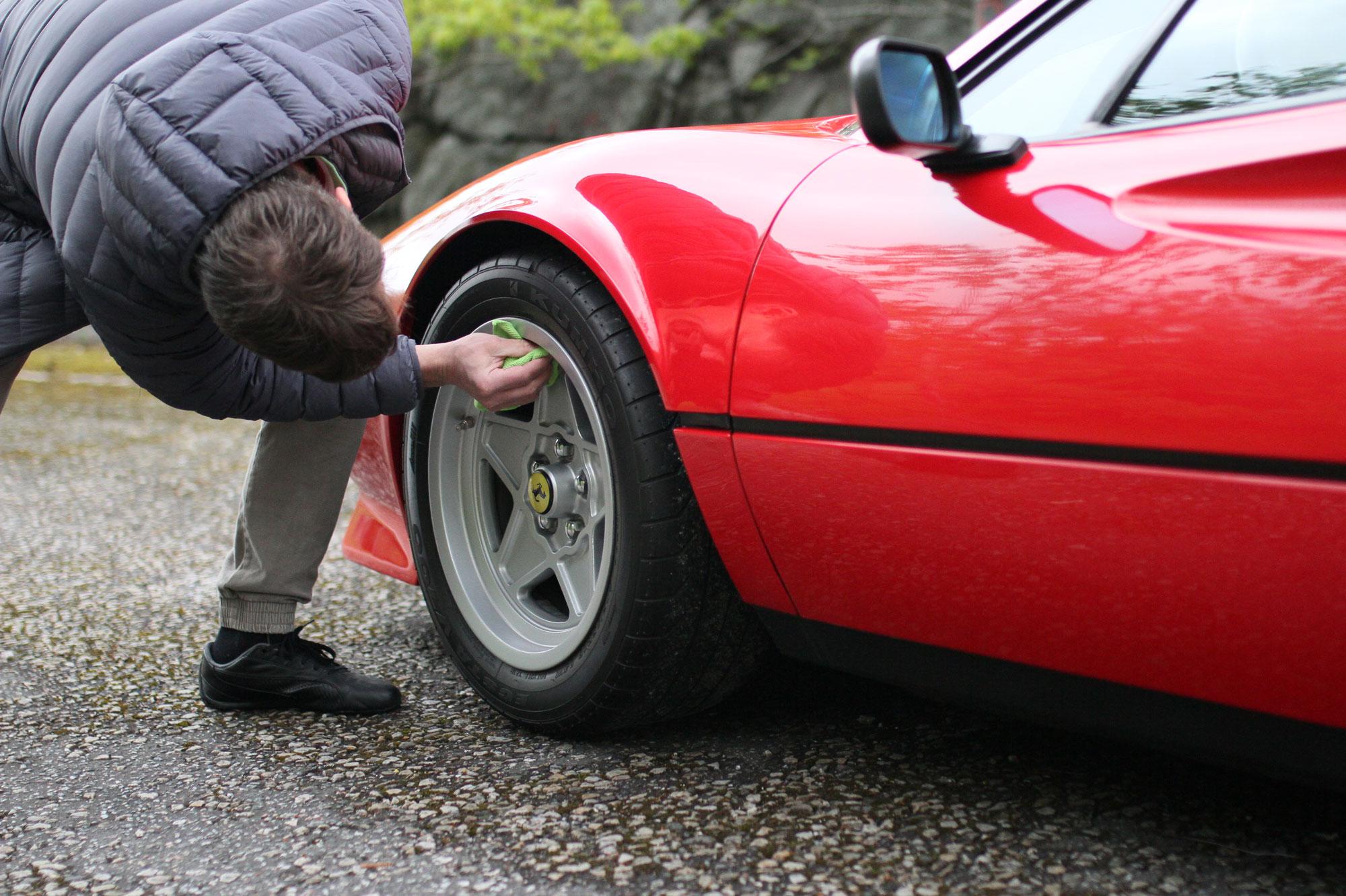 Torbjörn putsar på en Ferrari fälg