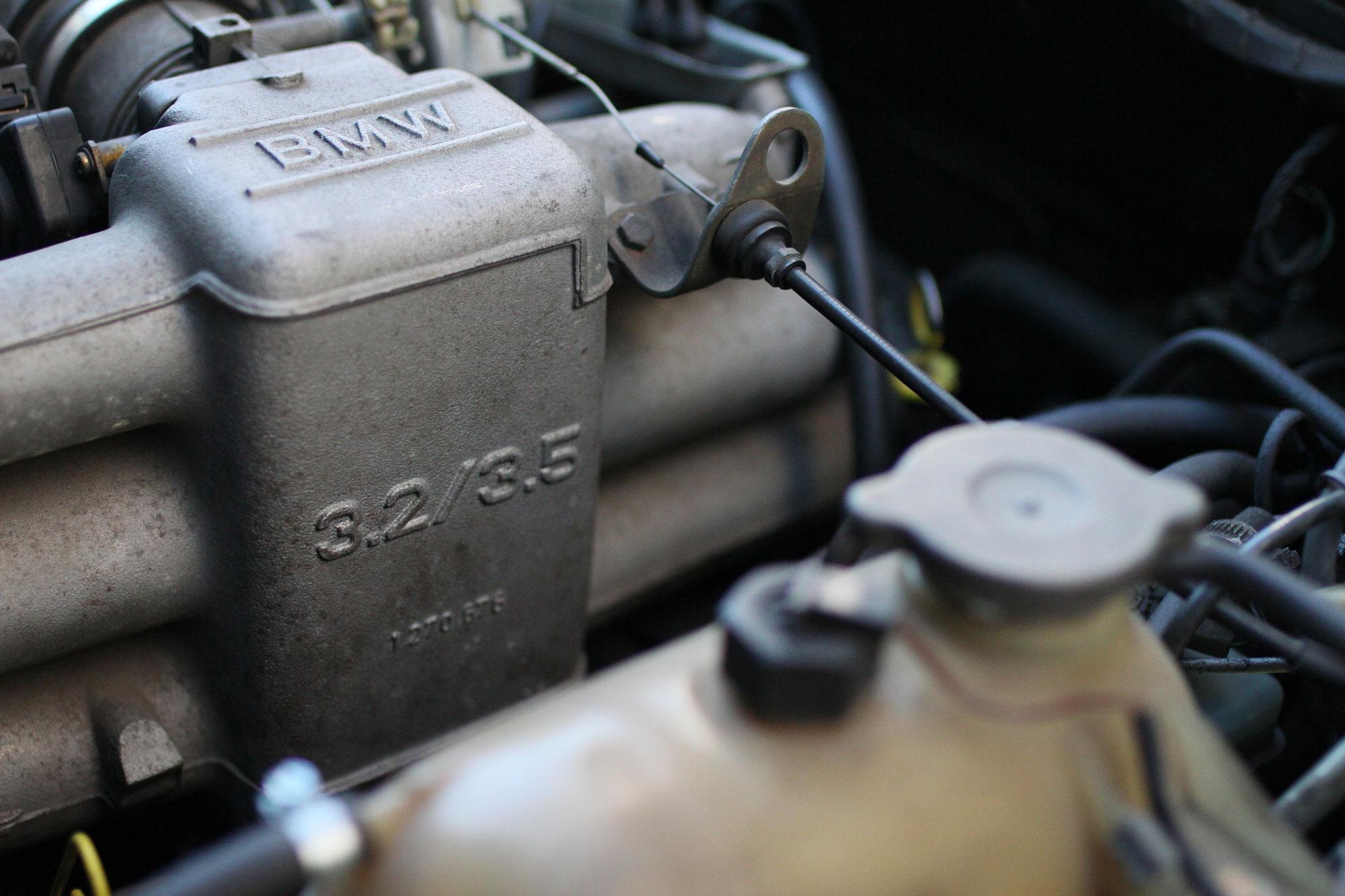 DEn raka sexan i motorutrymmet i  BMW. 3.2 liter