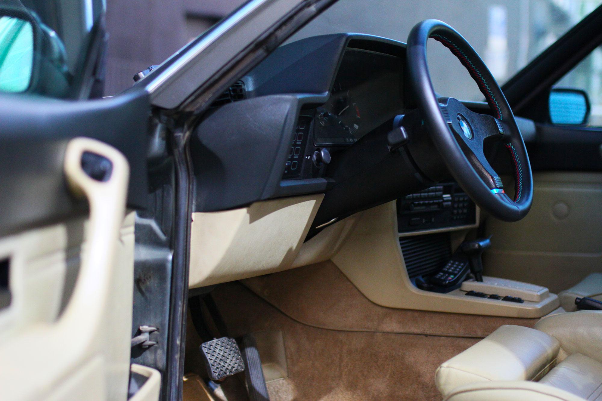 Inredning med öppen förardörr och M-ratt på BMW 635