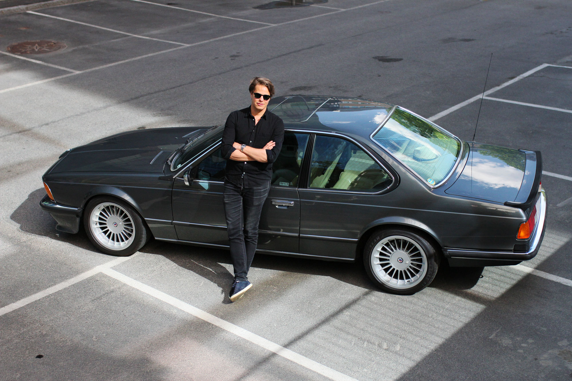 Tomas Schults står lutat mot sin BMW 635 CSi - 1986