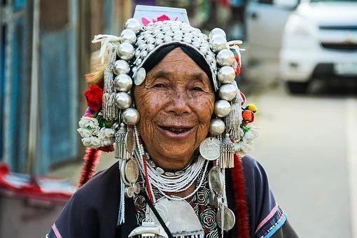 vrouw in traditionele klederdracht