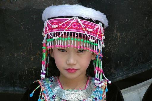 meisje in traditionele klederdracht