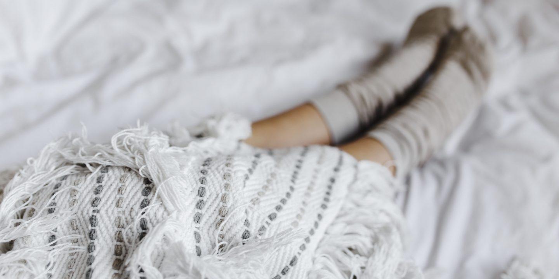 Kvinna som vilar i säng