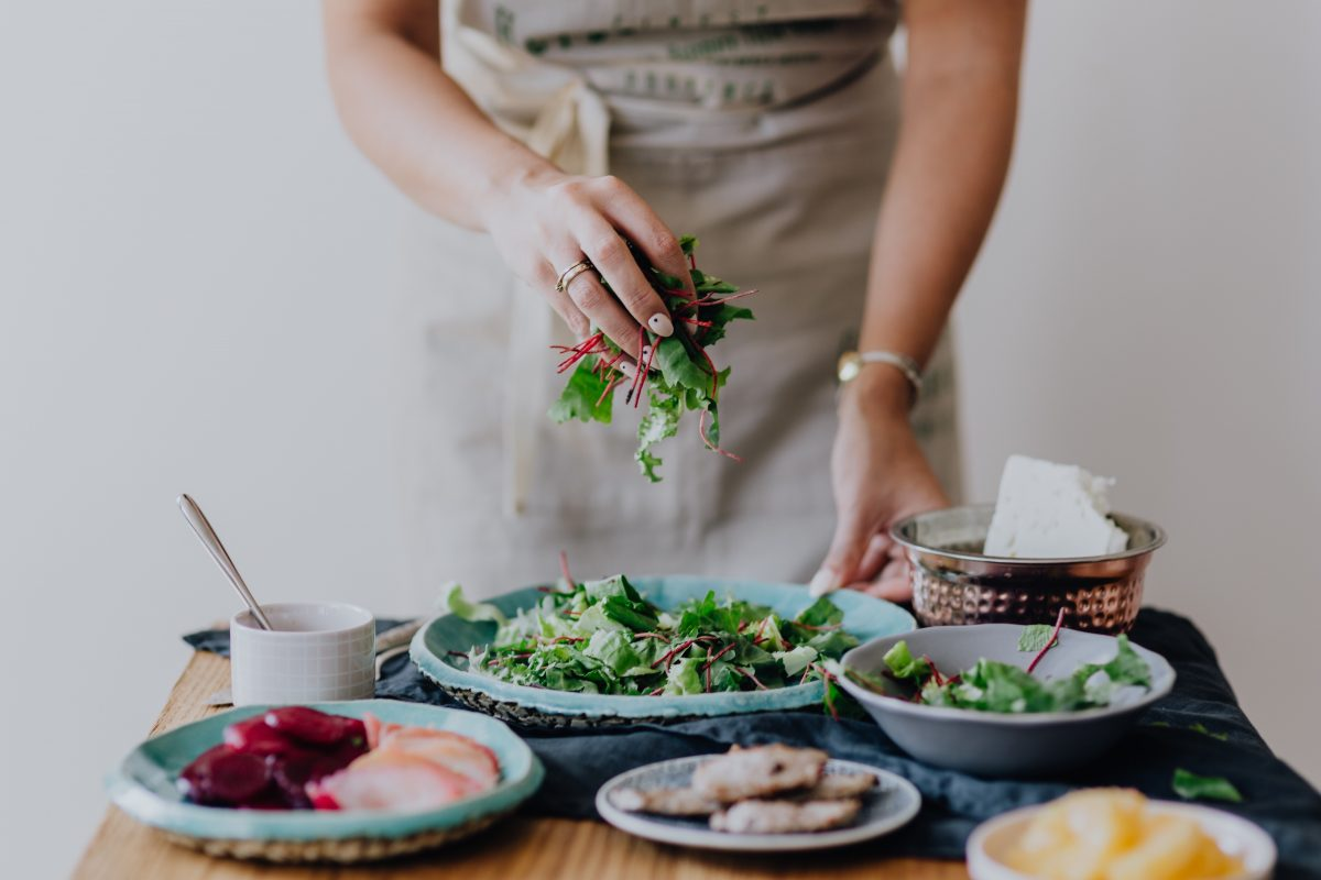 Kvinna som lagar hälsosam mat som en del i en antiinflammatorisk livsstil