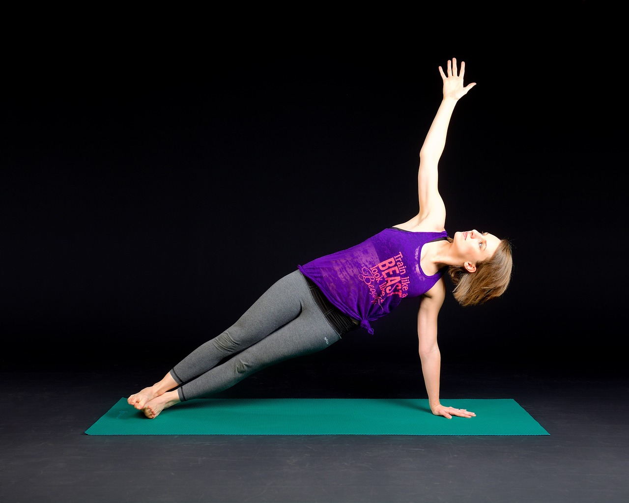 Stark kvinna som gör plankan- träning och personlig utveckling