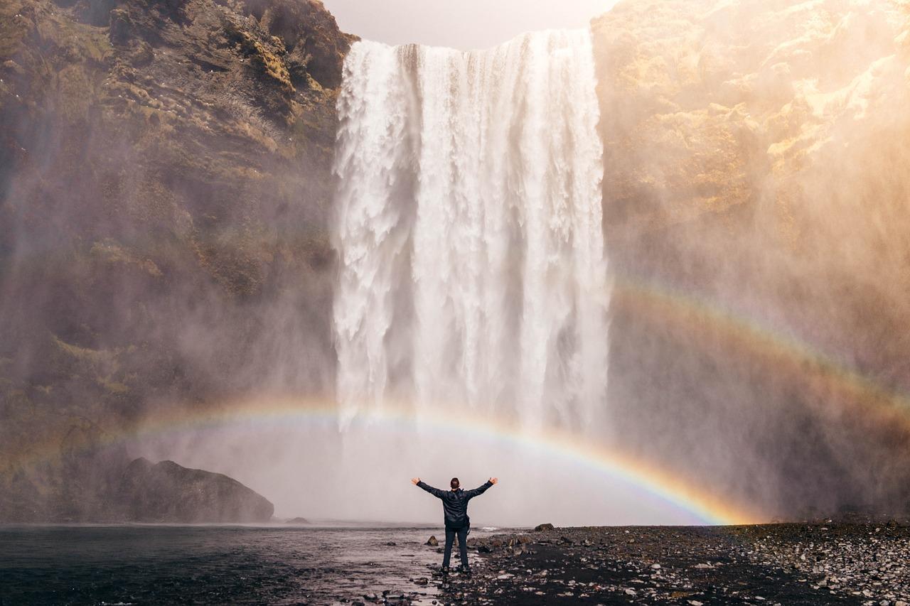 Flow - man vid vattenfall