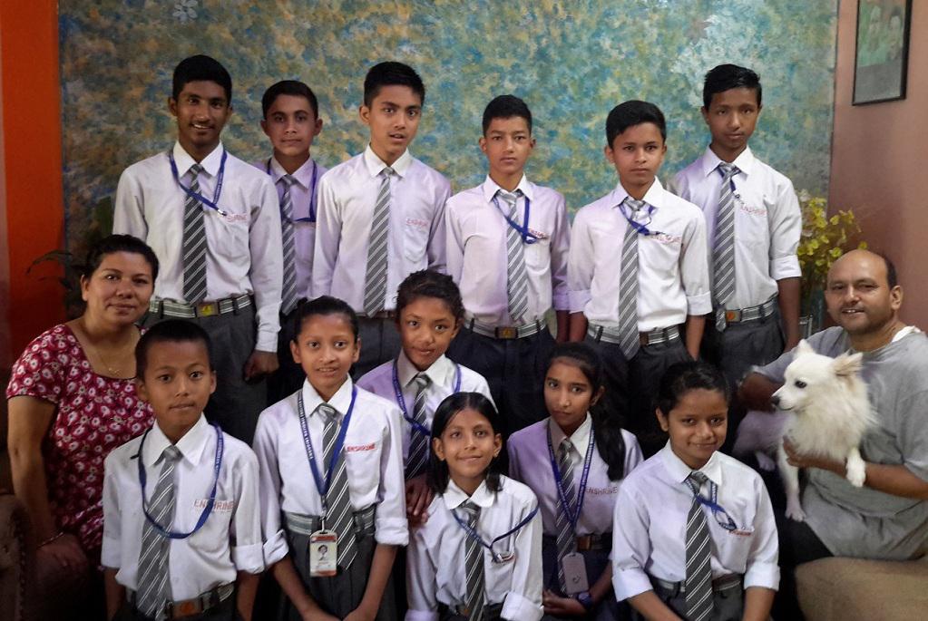 Barna på Beth Eden i skoleuniformer