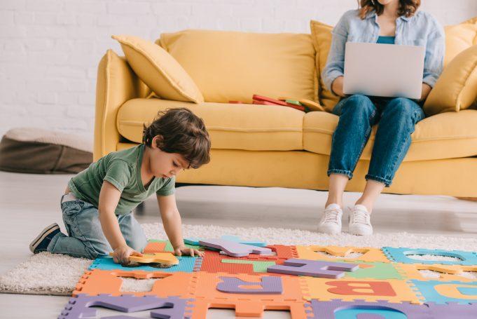 Barn leger på gulvet