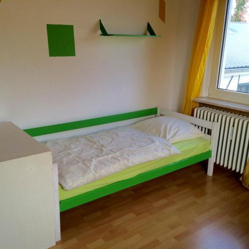 Einzelbett im Kinderschlafzimmer
