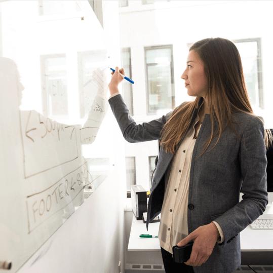 Digital marketing bureaus underviser skriver på tavlen