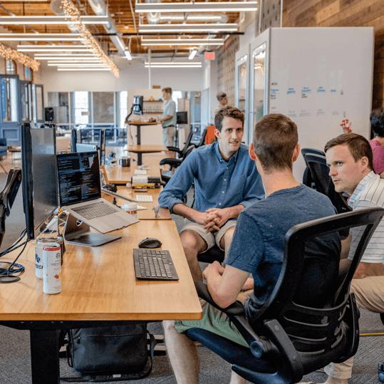 Digital marketing bureaus ansatte sidder og snakker på kontoret