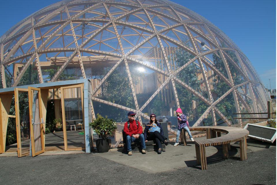 Городской парк - пермакультура с зелеными куполами около Купола Видения в гавани Орхуса