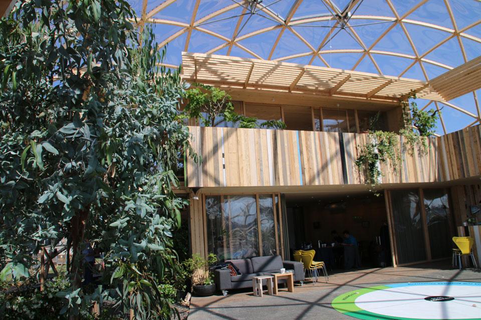 Купол-теплица является своеобразным укрытием двухэтажного деревянного дома