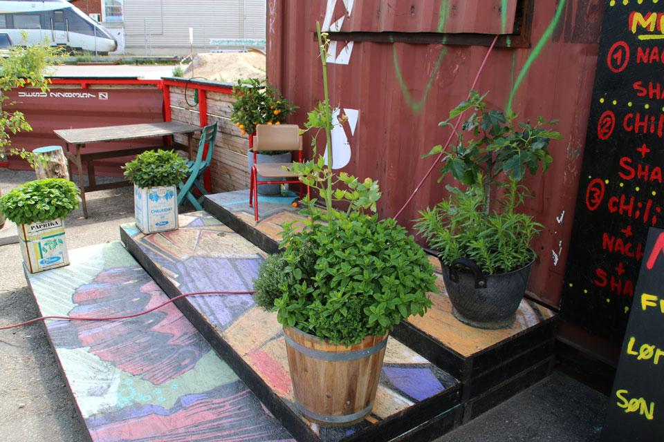 Такая уютная расписная терраса рядом с кафе