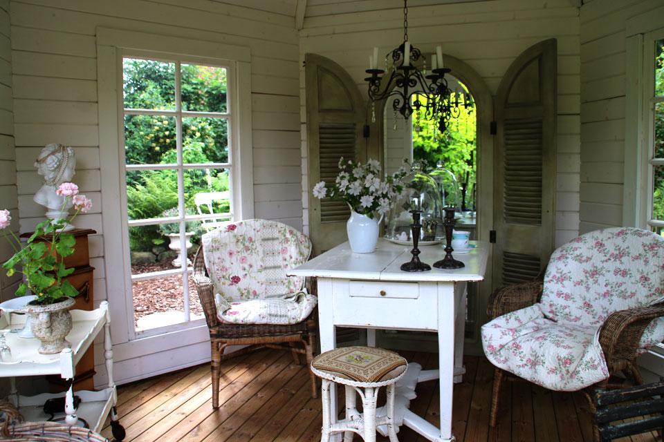 Внутри павильона мебель и декор