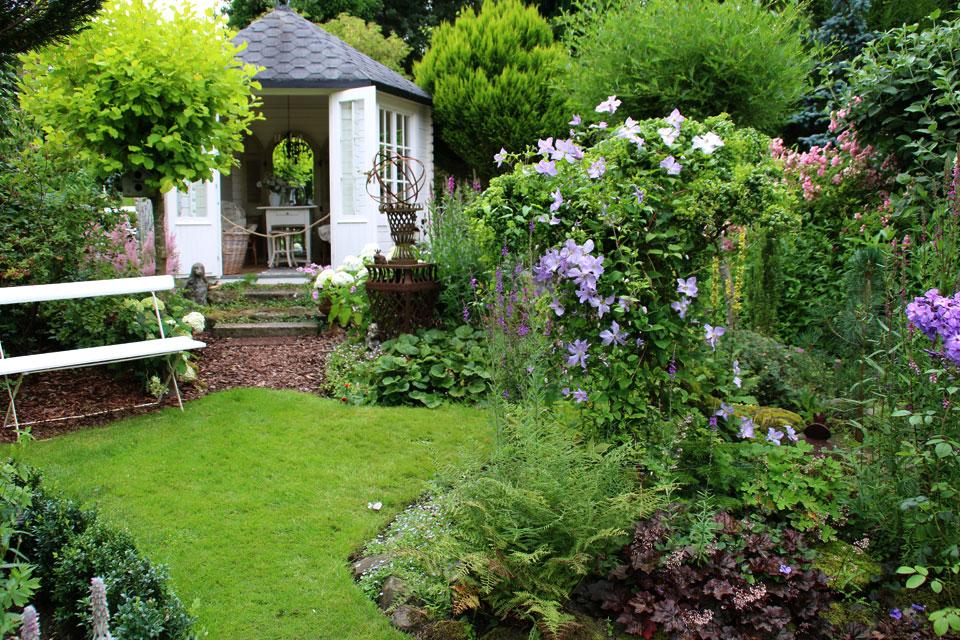 Уютный павильон в центре сада