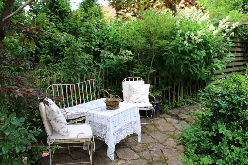 В саду множество уютных зон отдыха