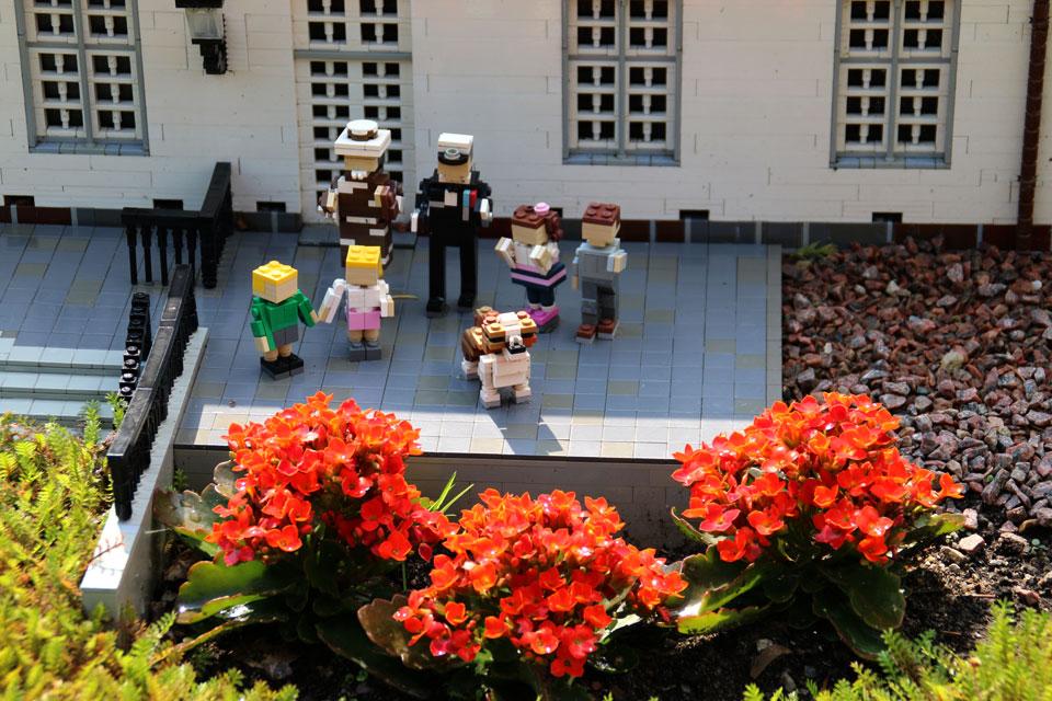 Кронпринц Фредерик, кронпринцесса Мэри и их дети около Kancellihuset