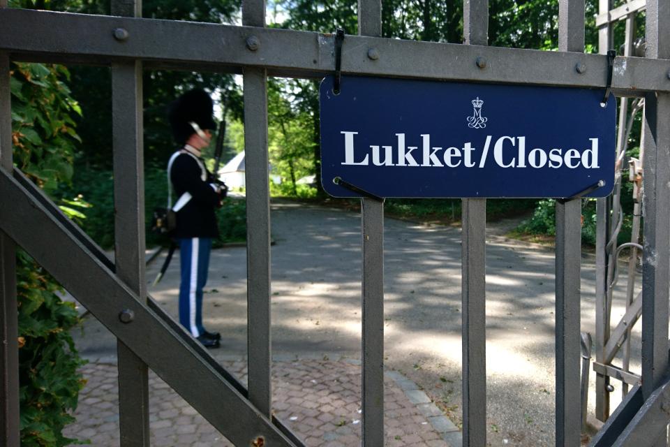 Гвардеец охраняет вход во дворец Марселисборг, г. Орхус, Дания